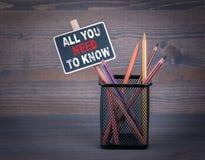 Allen u moeten het weten Een klein bordkrijt en een kleurpotlood op houten achtergrond royalty-vrije stock afbeelding