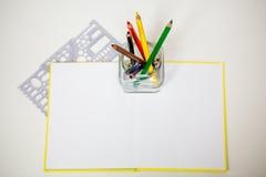 Allen voor kinderencreativiteit, potloden, schaar, kleurden document Stock Fotografie