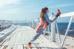 Allenamento all'aperto, abiti sportivi di modo Fotografie Stock