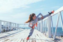Allenamento all'aperto, abiti sportivi di modo Fotografia Stock Libera da Diritti