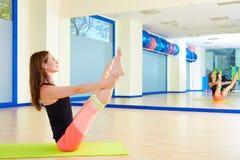 Allenamento aperto di esercizio dell'attuatore della gamba della donna di Pilates Immagine Stock Libera da Diritti