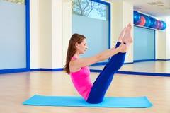 Allenamento aperto di esercizio dell'attuatore della gamba della donna di Pilates Immagini Stock
