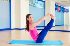 Allenamento aperto di esercizio dell'attuatore della gamba della donna di Pilates Immagine Stock