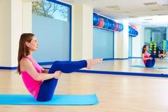 Allenamento aperto di esercizio dell'attuatore della gamba della donna di Pilates Immagini Stock Libere da Diritti