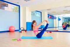 Allenamento aperto di esercizio dell'attuatore della gamba della donna di Pilates Fotografie Stock
