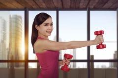 Allenamento asiatico delle donne di giovane forma fisica con la testa di legno Immagini Stock