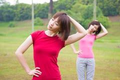 Allenamento asiatico delle ragazze all'aperto fotografia stock libera da diritti