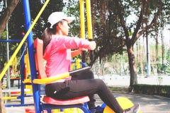 Allenamento asiatico sportivo della donna con le attrezzature di addestramento nel parco, Immagini Stock Libere da Diritti