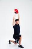Allenamento atletico dell'uomo con la palla di forma fisica Immagini Stock