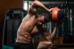 Allenamento atletico dell'uomo con la palla medica Fotografia Stock Libera da Diritti