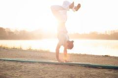 Allenamento atletico dell'uomo vicino al lago nel parco Fotografie Stock