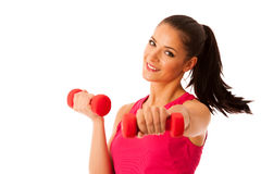 Allenamento attivo della giovane donna con le teste di legno nell'isolato della palestra di forma fisica Immagine Stock