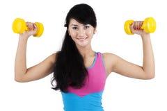Allenamento attraente della donna con le teste di legno Immagine Stock Libera da Diritti