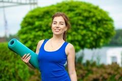 Allenamento avanzato di pratica 11 di forma fisica di yoga della giovane donna Immagini Stock