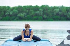 Allenamento avanzato di pratica 33 di forma fisica di yoga della giovane donna Fotografia Stock Libera da Diritti
