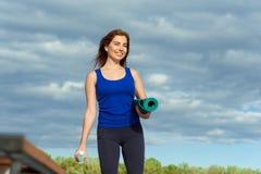 Allenamento avanzato di pratica 40 di forma fisica di yoga della giovane donna Immagine Stock