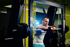Allenamento bello di sollevamento pesi dell'uomo di forma fisica Immagini Stock