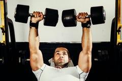 Allenamento bello di sollevamento pesi dell'uomo di forma fisica Fotografie Stock Libere da Diritti
