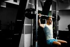 Allenamento bello di sollevamento pesi dell'uomo di forma fisica Immagine Stock Libera da Diritti