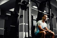 Allenamento bello di sollevamento pesi dell'uomo di forma fisica Immagine Stock
