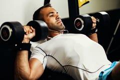 Allenamento bello di sollevamento pesi dell'uomo di forma fisica Immagini Stock Libere da Diritti