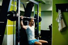 Allenamento bello di sollevamento pesi dell'uomo di forma fisica Fotografia Stock