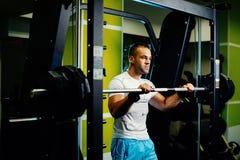 Allenamento bello di sollevamento pesi dell'uomo di forma fisica Fotografia Stock Libera da Diritti