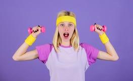 Allenamento con i dumbbells Esercizi del bicipite per la guida graduale delle donne Le teste di legno della tenuta della ragazza  fotografia stock