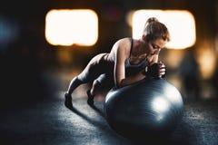 Allenamento con la palla di forma fisica Fotografia Stock Libera da Diritti
