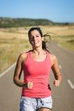 Allenamento corrente castana dell'atleta femminile Fotografia Stock