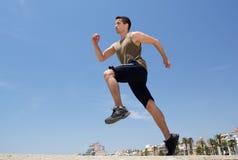 Allenamento corrente di esercizio dell'uomo attivo fuori Fotografia Stock