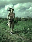 Allenamento corrente di serie del corridore di addestramento asiatico atletico della donna che lavora aria aperta dura sul fondo  Fotografia Stock
