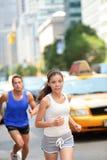Allenamento corrente in New York - coppia dei corridori Fotografia Stock