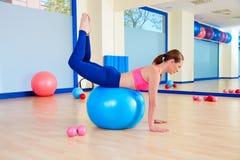 Allenamento d'oscillazione di esercizio del fitball della donna di Pilates Immagini Stock