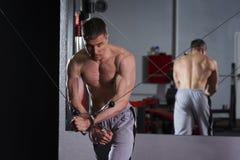 Allenamento del culturista sull'istruttore in palestra, ente maschio muscolare perfetto Fotografie Stock