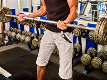 Allenamento del dumbell dell'uomo in palestra Corpo di lavoro maschio delle teste di legno del muscolo Fotografie Stock Libere da Diritti