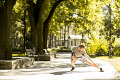 Allenamento del giovane nel parco di autunno Immagini Stock Libere da Diritti