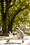 Allenamento del giovane nel parco di autunno Fotografia Stock