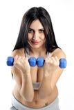 Allenamento del peso della donna di Dumbbell in ginnastica Fotografia Stock