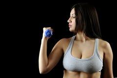 Allenamento del peso della donna di Dumbbell in ginnastica Immagine Stock Libera da Diritti