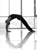 Allenamento dell'uomo allo studio di yoga Immagini Stock Libere da Diritti