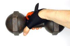 allenamento dell'uomo con dumbell Fotografia Stock