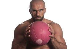 Allenamento dell'uomo con la palla sopra fondo bianco isolato Immagini Stock