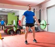 Allenamento dell'uomo della barra di sollevamento pesi della palestra di forma fisica di Crossfit Immagine Stock Libera da Diritti