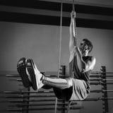 Allenamento dell'uomo di esercizio di salita della corda alla palestra Fotografie Stock Libere da Diritti