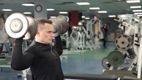 Allenamento dell'uomo di forma fisica nel centro di forma fisica Forma fisica, sport, concetto di esercizio video d archivio