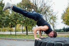 Allenamento dell'uomo di sport di forma fisica all'aperto con la gomma del trattore Immagini Stock