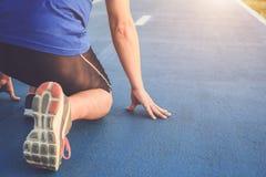 Allenamento dell'uomo e concetto di benessere: Piedi del corridore con la scarpa della scarpa da tennis Fotografia Stock Libera da Diritti