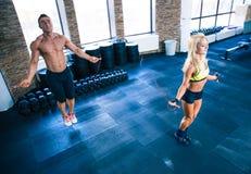 Allenamento dell'uomo e della donna di forma fisica con la corda di salto Fotografia Stock Libera da Diritti