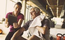 Allenamento dell'uomo senior nel centro di riabilitazione Fotografia Stock